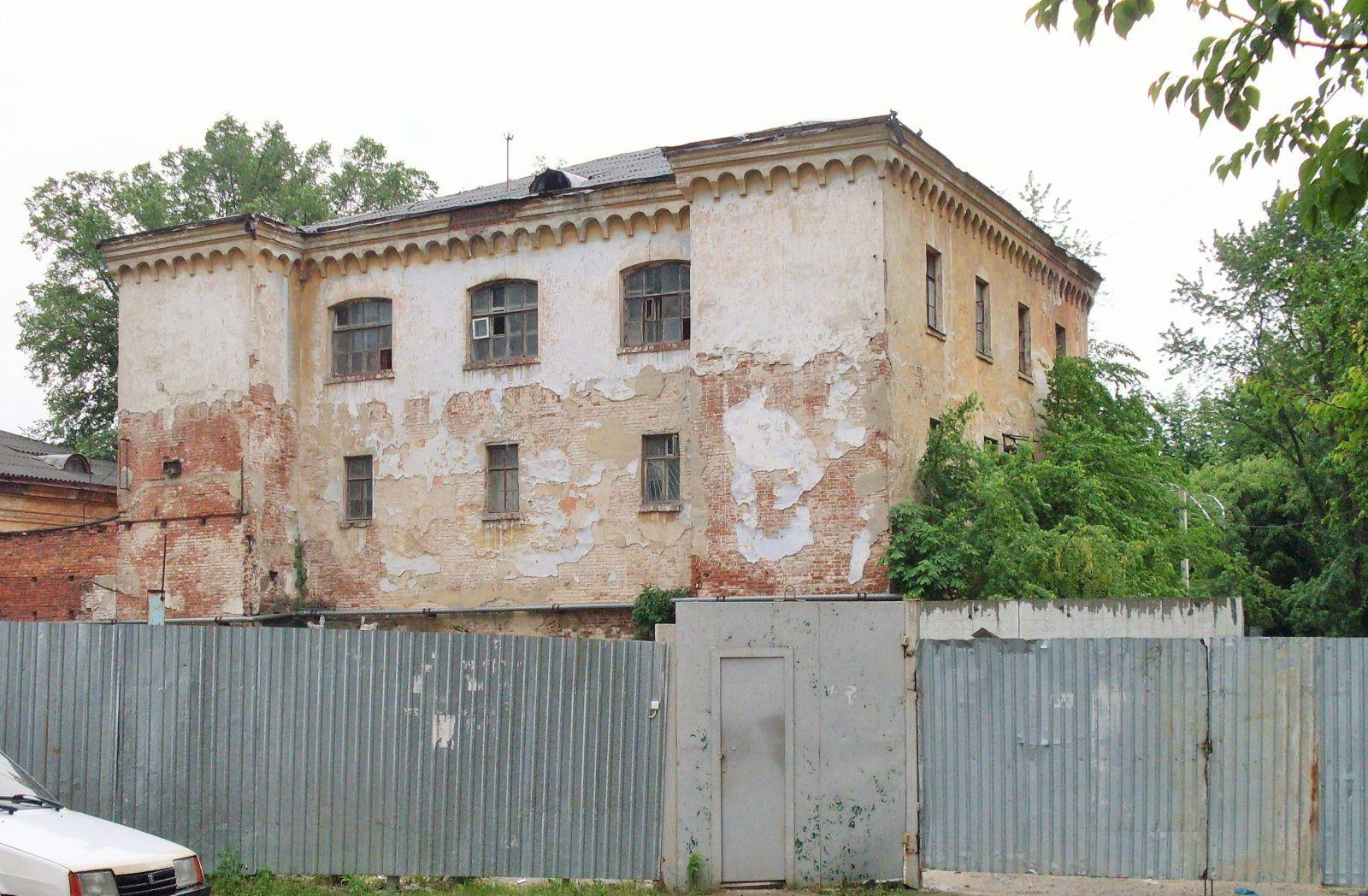 Обідрана будівля по вул. Малиновського — залишки колишньої слідчої тюрми ХГЧК