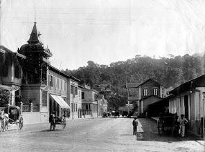 Photo: Em outra imagem, novamente a Rua Dr. Porciúncula, aonde vemos, à direita, a Estação Leopoldina e à esquerda, casas comerciais e residenciais. A Casa Comércio e seu famoso relógio ainda não existiam. Foto do final do século XIX