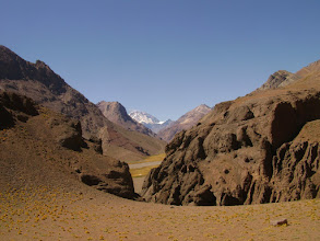Photo: Cabalgando hacia el hito fronterizo, vista del Cº Aconcagua al fondo