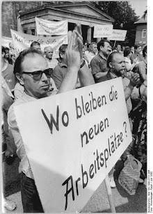 Demonstranten mit Transparenten «Wo bleiben die neuen Arbeitsplätze?».