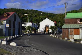 """Photo: Ce qui caractérise les petites communes le long de la côte est leur caractère mignon et paisible. Le chômage officiel y est effroyable mais la vie n'est pas amère pour autant. """"On s'arrange...""""."""