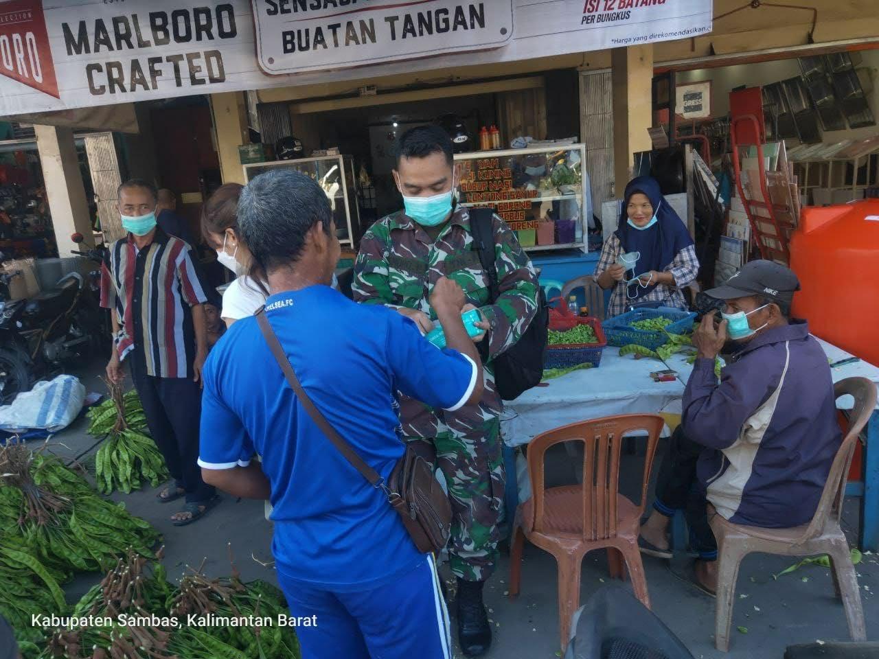 MISI ZIDAM XII/TPR Serbu Pasar Sambas Dengan Bekal Masker Guna Menekan Penyebaran Virus Covid 19