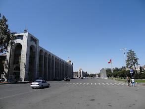 Photo: Centrální náměstí v Biškeku nese název Ala-Too. Bylo vybudováno v roce 1984 na oslavu 60. výročí kyrgyzské SSR (sovětské socialistické republiky).