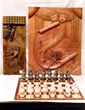 Photo: Las figuritas de ajedrez son de Yeso Duro y están hechas con molde de látex a partir de un original modelado en arcilla. || Talla en madera. Woodcarving.   Puedes conocer más de este artista en el blog: http://tallaenmadera-woodcarving-esculturas.blogspot.com/