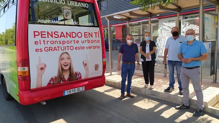 Autoridades huercalenses junto al bus.