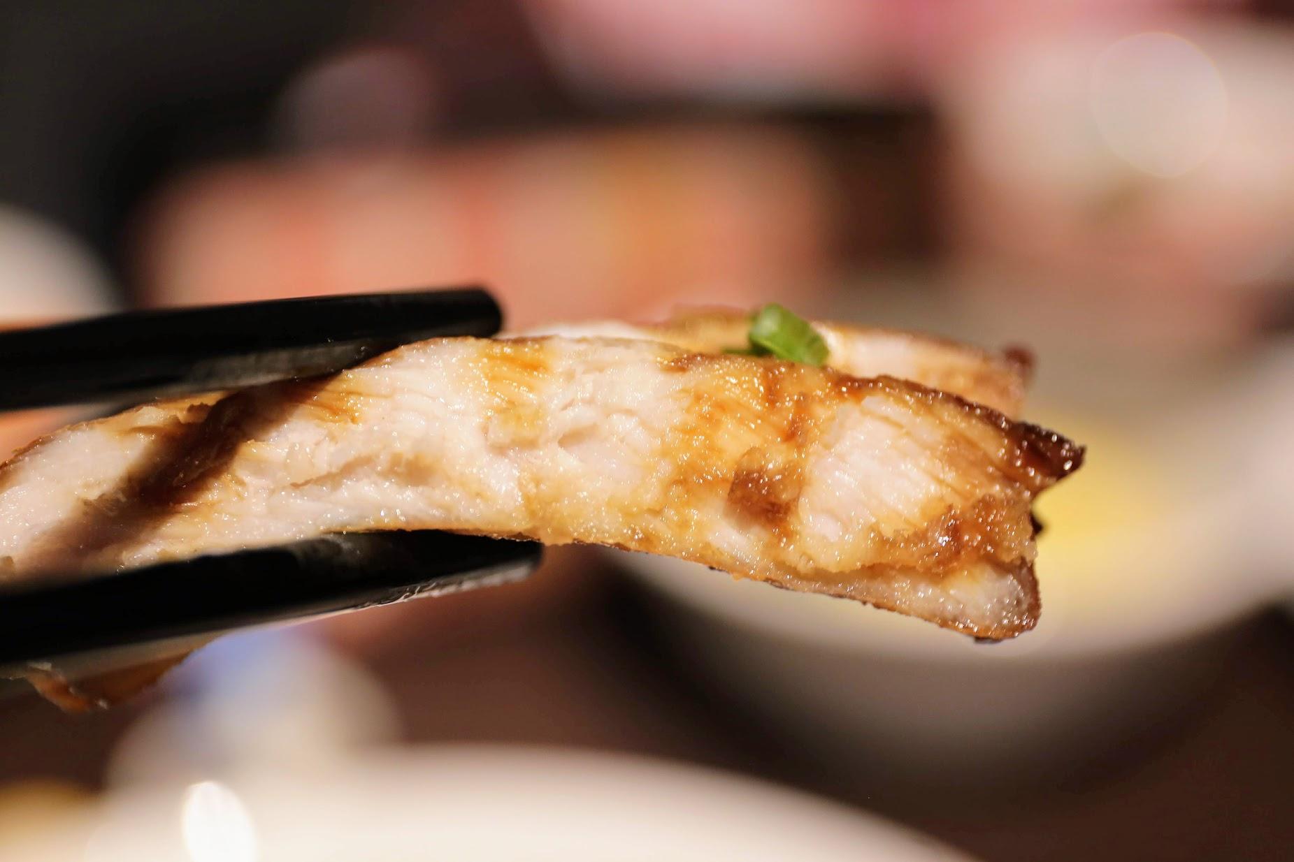豬排是薄片的,個人覺得厚片的比較讚,不過薄片的有淋上醬汁,跟著飯吃不錯....