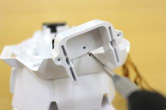Photo: 銀色の細いネジ(タッピング2-5mm)で締めて、肩パーツを「L shld_r」に固定します。