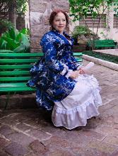 """Photo: Vestido com anquinha """"Late Victorian"""", em brocado oriental azul marinho e prata e crepe patu prata com babados e laços. A partir de R$ 600,00.  Underwear: chemise, bloomers, bustle, anágua e corset.  Foto por Rose Steinmetz"""