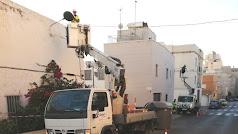 Operarios sustituyendo luminarias en la calle Barcelona.