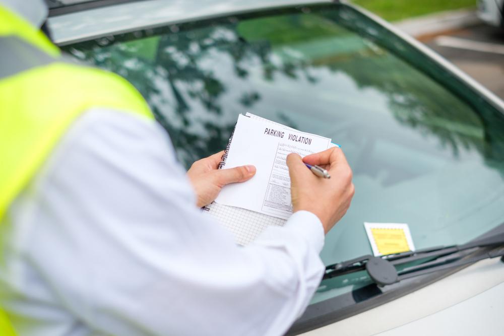 O aumento da emissão de multas pode afetar diretamente as pessoas de baixa renda. (Fonte: Shutterstock/tommaso79/Reprodução)