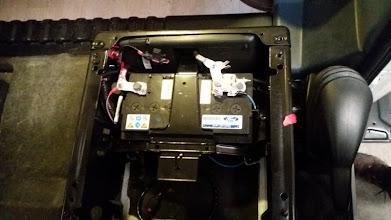 Photo: Desmonto el asiento y su base giratoria, el trabajo es el mismo que si se fuera a cambiar la batería del motor. Ya le he puesto los cables directamente a los bornes de la batería del motor, son los que se ve salir por los extremos.