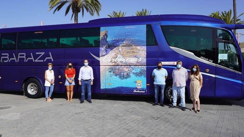Alcalde, concejales y gerente de Baraza, junto a uno de los buses promocionales.