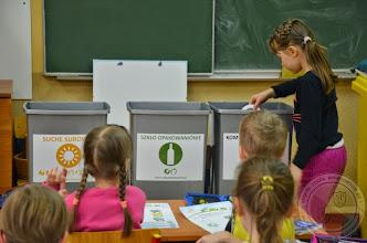 """Photo: Lekcja ekologiczna """"Segreguję, świecę przykładem"""" kl. 1a i 1b"""