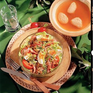 Frühlingssalat mit Schinken und Croutinos