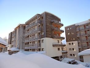 Photo: Vue sur 2 bâtiments de la résidence en hiver