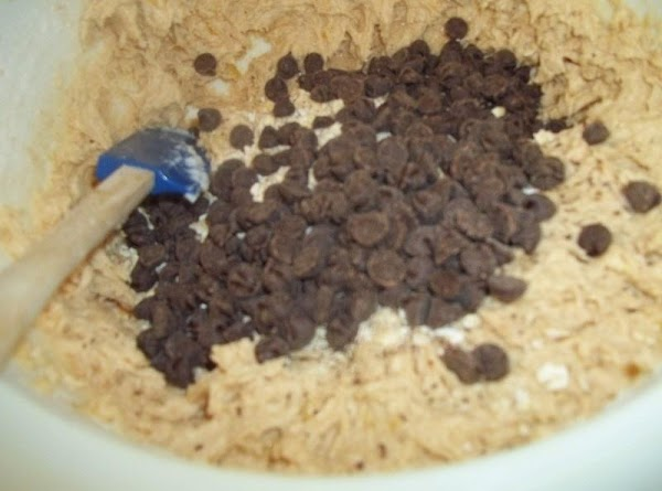 Add to creamed mixture and mix well.Stir in bananas, oats and chocolate chips.