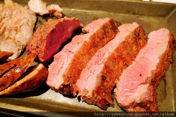 著火的牛-木炭烤肉美味現 佳餚美酒聚友誼