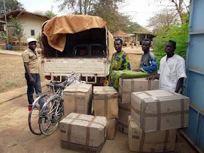 Photo: Le container du 9 décembre est arrivé à Lokossa mi-janvier, et certains viennent encore chercher leurs cartons, comme ici les responsables de l'orphelinat de Klouékanmé, que nous visiterons dans quelques jours.