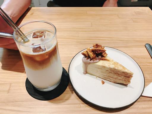 甜點相當用心,千層蛋糕附上焦糖脆片在味覺上有很大的衝突 在點飲料時,由於近期迷上西西里咖啡看到就想點,好在老闆用心介紹及推薦,選了一款簡稱入門款檸檬咖啡,果真跟一般市面很不一樣,那酸味很道味! 整體價