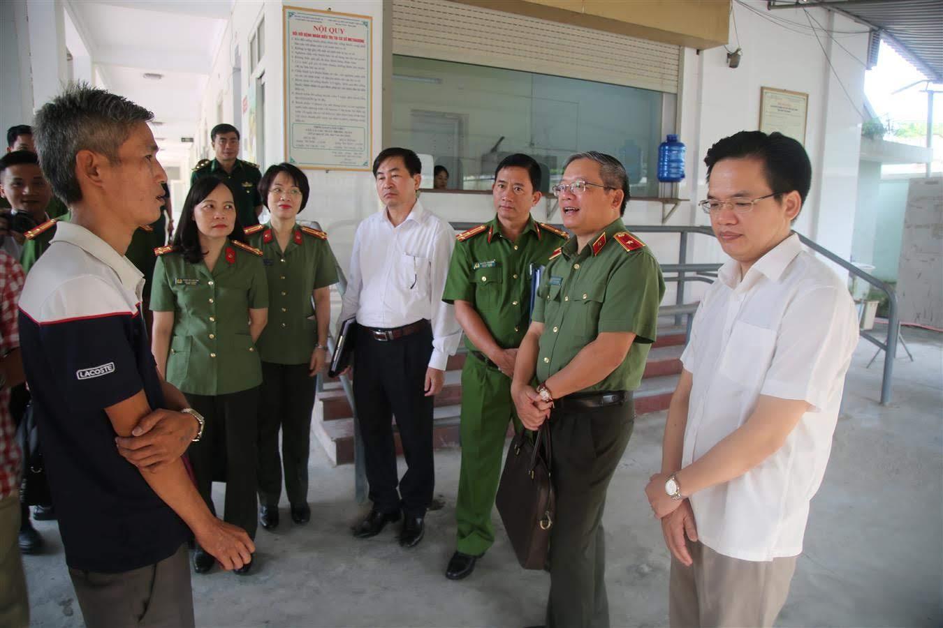 Thiếu tướng Hoàng Anh Tuyên, Phó chánh văn phòng Bộ Công an cùng đoàn công tác đến thăm Trung tâm phòng chống HIV/AIDS tỉnh Nghệ An.