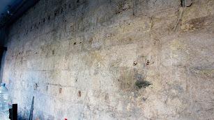 El trozo de muralla aparecido bajo el yeso de una pared.