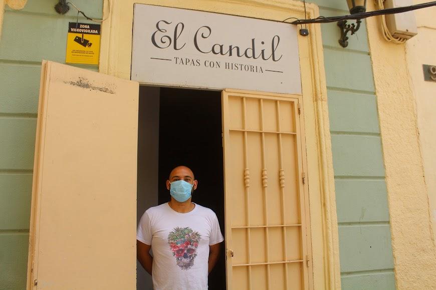 Francisco Javier Garcés Ortiz en su bar El Candil, tapas con historia, ubicado en Plaza Urrutia.