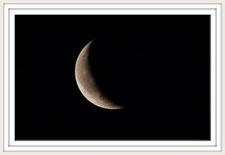 Photo: Mondsüchtig Abnehmender Tag-Mond / Luna / Moon 20.12.2011 07:22:23 PENTAX K-7  ISO 800 Belichtung 1/60 Sek. Blende f/16.0 Brennweite 500mm  Mit großen Fernrohren kann man allein auf der Vorderseite des Mondes rund 30 000 Krater beobachten.  Die größten haben Durchmesser von über 250 Kilometern, die kleinsten,  die wir von der Erde aus noch sehen können 400 Meter.  Die größten Krater haben sogar Namen wie Archimedes mit einem Durchmesser  von 80 Kilometern und einer Wallhöhe von 1400 Metern oder Grimaldi  mit 200 Kilometern Durchmesser und 3000 Metern Wallhöhe.
