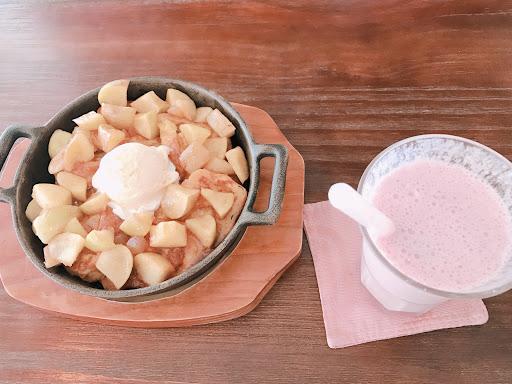 寵物友善餐廳 肉桂蘋果和草莓鮮奶