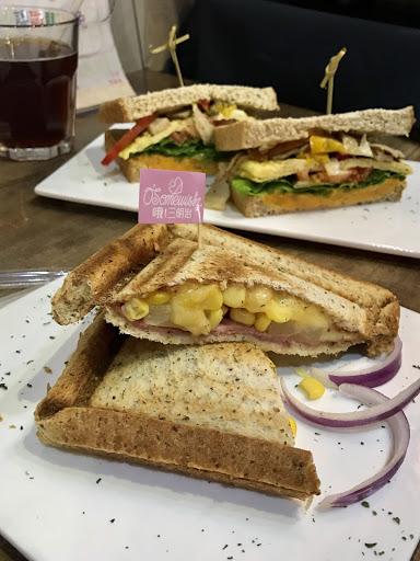 點了夏威夷熱壓吐司跟菇菇三明治,清爽好吃,份量充足,平價不貴~ 老闆客氣招呼周到,生意很好,假日大約要等20-30分鐘。