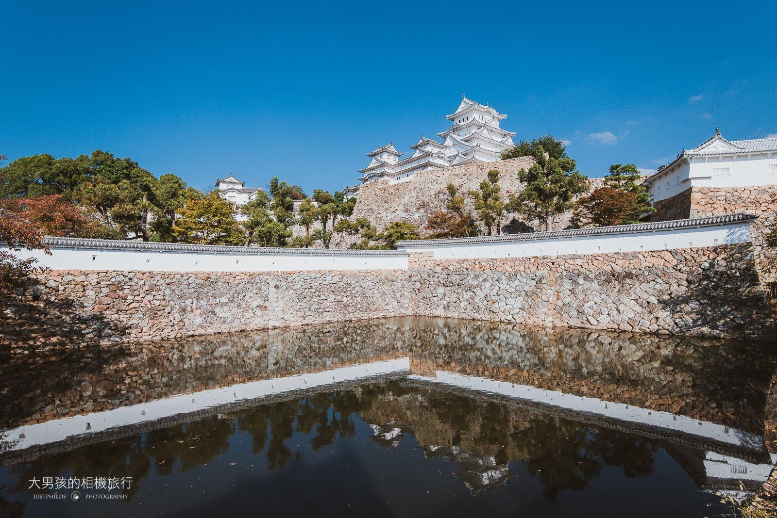 這張大概是姬路城拍攝裡面最滿意的一張,透過城牆外水池拍攝天守閣倒影,搭配藍天可說把姬路城襯托得更加出色。