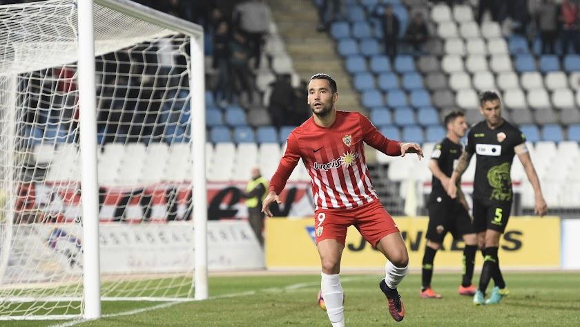 Quique González celebrando un gol al Elche con el Almería en la Liga 2016-17
