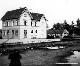 Photo: Järnvägsstationen i Vasselhyttan. Stationshuset 1940-tal