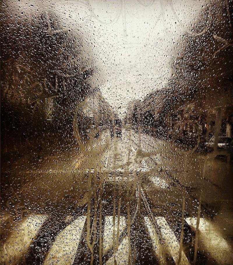 Nel tram in un giorno di pioggia di Toxi Art