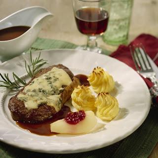 Steaks mit Käse und Kräutern überbacken