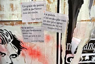 """Photo: Détail de l'installation poétique visuelle et sonore """"Nous sommes la vie, nous sommes Charlie"""" à la bibliothèque Andrée Chedid de Limeyrat pour le Printemps des Poètes 2015 sur le thème de l'insurrection poétique Réalisation Josiane et Didier Ballesta Photographie Didier Ballesta"""