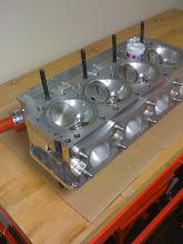 Photo: De cilinderkoppen van de mini worden nagekeken en de kleppen worden ingeschuurd.