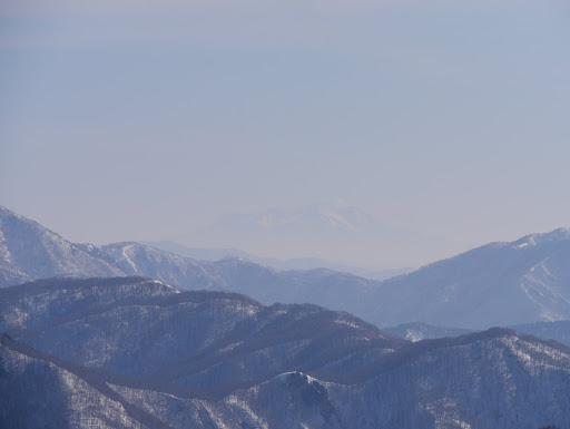 薄っすらと木曽御嶽山(噴気が確認できる)
