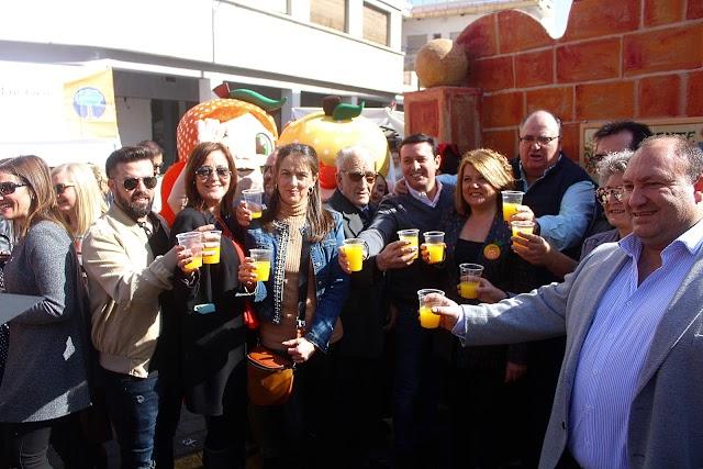 Las autoridades asistentes brindando con el zumo de naranja de Gádor.