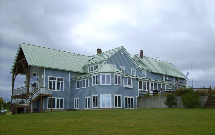 Thiết kế nhà mái tôn màu xanh ngọc 2 tầng có tum