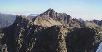 Photo: Hautes Pyrénées survol du col de Culaus: face sud du pic de Chanchou 2949m (à gauche devant) et crêtes vers le pic de Barbe de Bouc. Derriére: face sud du pic d'Ardiden 2988m. Aperçu sur le pic de Viscos à l'horizon à droite.
