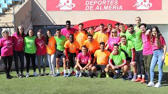 Foto de familia de jugadores/as y entrenador en el Estadio.