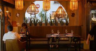 El interior del restaurante, cuidadosamente decorado.