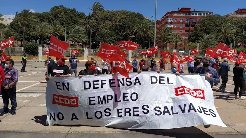 Representantes de CCOO y UGT con una pancarta en la manifestación.