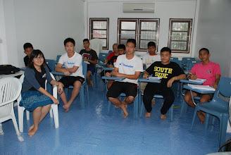 Photo: สำหรับการเรียนประจำสัปดาห์ ในวันเสาร์นอกจากเป็นการสอนเสริมแล้ว วันอาทิตย์นี้ยังเป็นการสรุปเนื้อหาข้อสอบวิชาภาษาไทย ๓ ชั่วโมงเต็ม ส่วนภาคบ่ายเรียนวิทย์กันจนเต็มอิ่ม ๔ ชั่วโมงกว่า ยังไม่เลิกลา ...  สำหรับสัปดาห์หน้า ในช่วงเช้า สุดยอดสารานุกรมสังคมศาสตร์จะมาสรุปเนื้อหาในการเตรียมสอบสังคม และภาคบ่ายปิดท้ายด้วยการทดสอบประมวลความรู้ทั้งหมดที่ได้ร่ำเรียนกันมาตลอด ๔ เดือน ...   เย็นนี้ฝนตก ขอให้น้องๆ ทุกคนเดินทางกลับบ้านโดยสวัดิภาพ ด้วยความรักและปรารถนาดี จากพี่แอดมินจ๊ะ :) {16 กันยายน 2555}