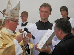 Photo: Předání symbolů označujících začlenění do Řádu.. Nimt das kreuz... Přijmi tento kříž, znamení Boží lásky....