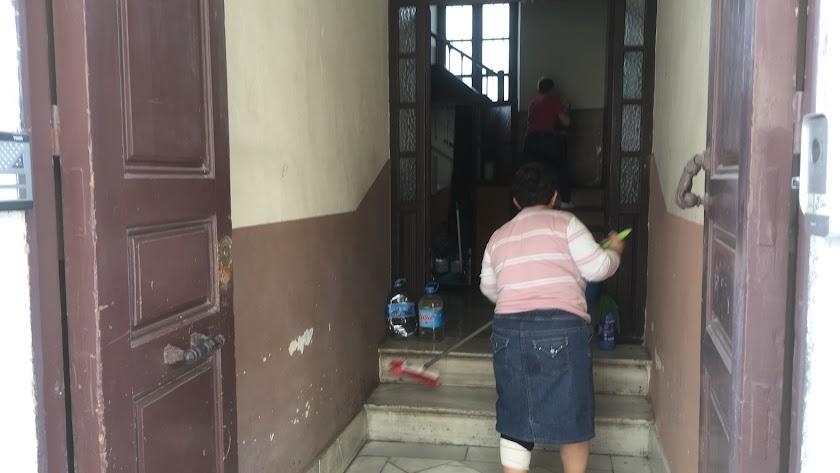 La limpieza, la higienización y el aseo personal y de las dependencias domésticas se han extremado en estos días. Portal en General Tamayo.