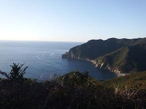左下に浜を見て(岬の先が赤石鼻)