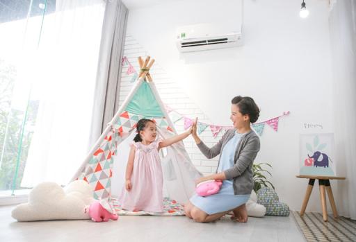 Trẻ nhỏ có thể thấy khó khăn khi học cách chia sẻ nhưng chia sẻ là một kỹ năng con cần để chơi và học trong suốt thời thơ ấu. Bố mẹ có thể giúp đỡ con bằng cách dành cho con nhiều thời gian và cơ hội để luyện tập. Khen ngợi và động viên cũng giúp bé biết chia sẻ.