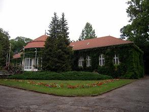 Photo: Az épület falát háromkaréjú vadszőlő díszíti