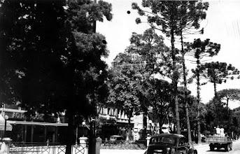 Photo: Rua do Imperador. Ao fundo, à esquerda, vê-se a loja Ao Regador, aonde hoje está a loja Casa & Vídeo. Foto da década de 50